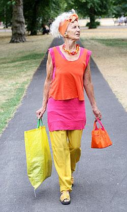 Alte Frau in rosa, orange, gelb