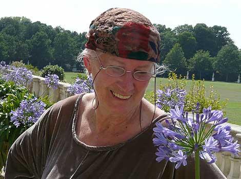 Rosadora mit blauer Blume