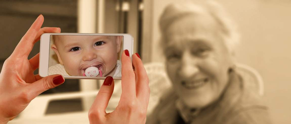Symbolbild, Baby + alte Fra